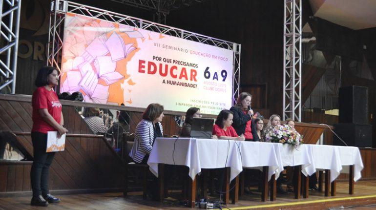 Celma Pietczak fala pela coordenacao sindical na mesa de abertura